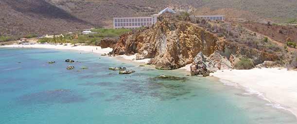Playa Puerto Cruz, rendida a los pies del faro