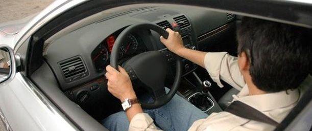 Cuál es la posición correcta al conducir